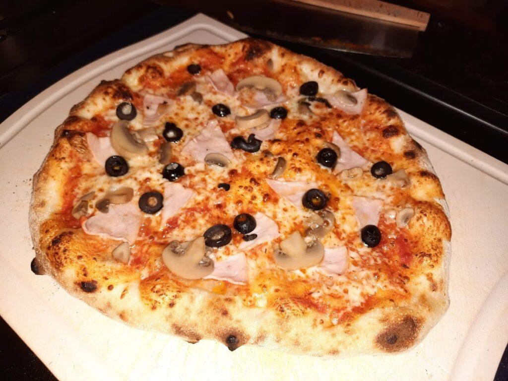 Pizza med skinke, sjampinjong og sorte oliven