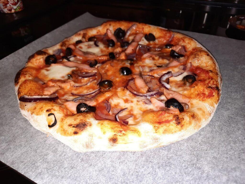 Laksepizza - Tomatsaus, mozzarella, rødløk, røkt laks oliven.